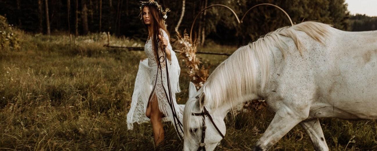 suknia ślubna boho wianek koń
