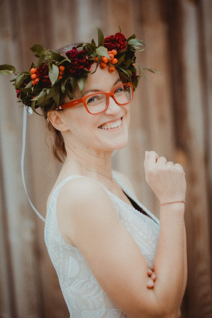 """Sesja trwała, prosecco z Miętówki…nie lało się może strumieniami, ale płynęło niespiesznie przeplatane lemoniadą (i mityczną tego dnia kawą!), dziewczyny nawiązywały znajomości, na tarasie gadały w grupkach, strzelały sobie selfie, a w Stodole zaczęła rozbrzmiewać muzyka Kasi @kasiastashka….  Kasia na recitalu została mojej koronkowej sukience, którą połączyła z kowbojkami, filcowym kapeluszem i dżinsową kurtką. Wyglądała zjawiskowo! i doskonale pokazywała to, co mówię klientkom podczas zakupu sukni ślubnej 'wróć po ślubie, a ja ci przerobię tę kieckę tak, że będziesz ją nosić codziennie' ?  A wiecie jak Stashka śpiewała?! Pogodne teksty i łagodne melodie rozbujały zmęczone już uczestniczki. Stashka ma superdobrą energię i wewnętrzne światło, którym oświetliła pół Stodoły!     Nie zmieścił nam się jeden punkt programu – rozmowa z Kingą @fromlewicz o tym, jak polubić siebie na tyle, by dobrze wypaść na przykład na rozmowie o pracę. Ale spokojnie – już my wymyślimy jakiś projekt, by i o tym z Kingą i z kolejnymi dziewczynami pogadać ?     Zrobiło się już późno i uczestniczki #sielubie powoli rozjeżdżały się do domów.  Wszystkie byłyśmy wzruszone ich reakcjami i komentarzami.  Z każdym projektem upewniamy się, że to co robimy dla innych kobiet ma sens!     My też rozjechałyśmy się nieprędko.  Ania, jej siostra Karolina i córka Zuzka sprzątały pobojowisko w Stodole, ja pakowałam sukienki – pakowanie kiecek to wbrew pozorom naprawdę nie jest prosta i szybka sprawa! Siłka wymięka przy kilkunastu pełnych sukienek torbach z Ikei targanych w tę i wewtę między samochodem a Stodołą ?     Fajnie byłoby, gdybyśmy po prostu nauczyły się cieszyć tym, co mamy. Dbały o siebie, ukochały w sobie to, co dała nam natura. A wtedy, gdy uznamy za stosowne nawet poprawiały tę naturę, ale dla siebie i kierowane własną potrzebą, a nie ciśnieniem z zewnątrz.  Wierzymy, że gdy spotykają się kobiety które są już w procesie """"polubiania siebie"""" i te, które się jeszcze nie lubią z tymi, które już s"""