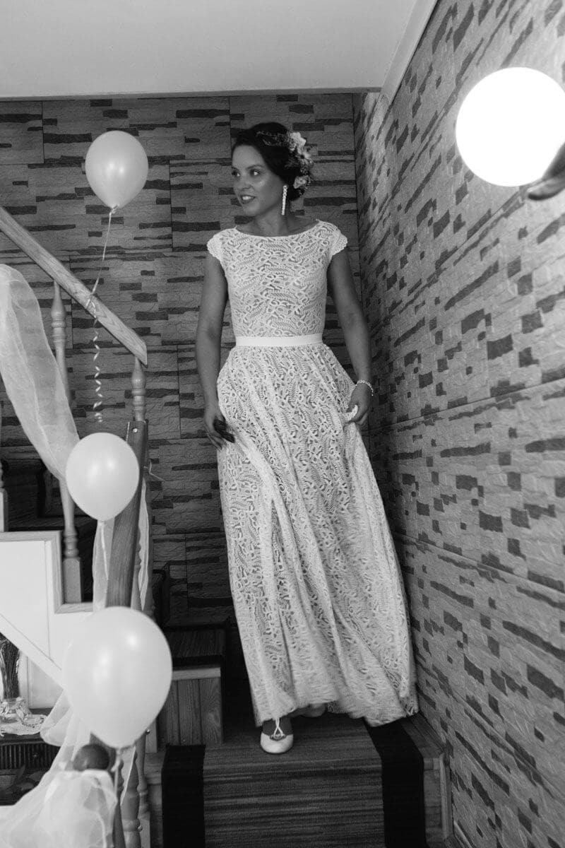 Suknia ślubna w stylu boho Porto 36 z dekoltem łódeczka zamiast dekoltu V, długim rękawem zastąpionym krótkim i bez rozcięcia na nogę.