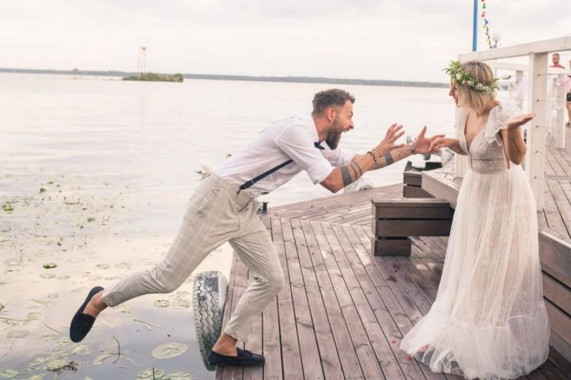 Suknia ślubna w stylu boho Porto 15 z dodatkowym krótkim rękawem.