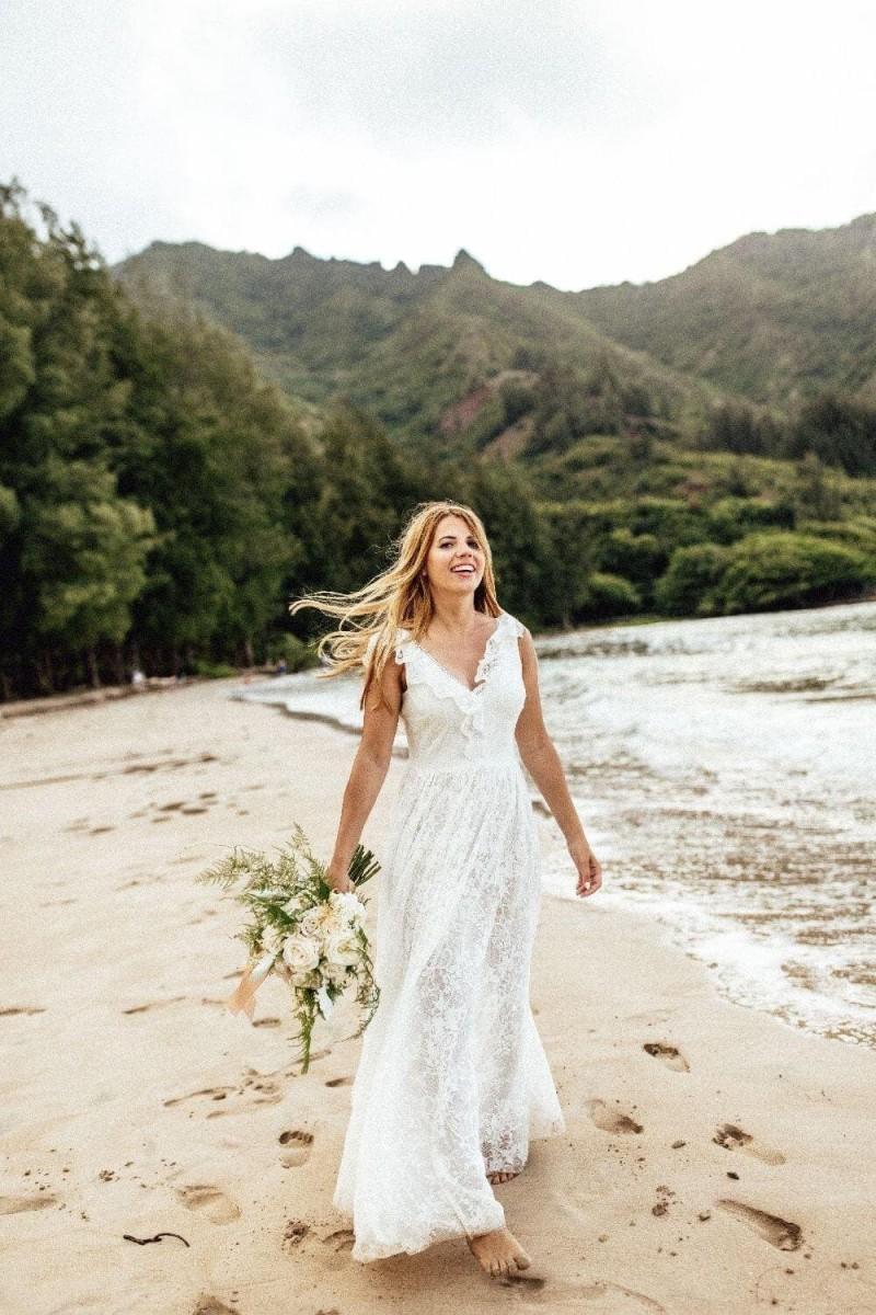 Suknia ślubna w stylu boho Porto 40 z falbanką na ramionach, dekolcie z przodu i z tyłu zamiast rękawów.