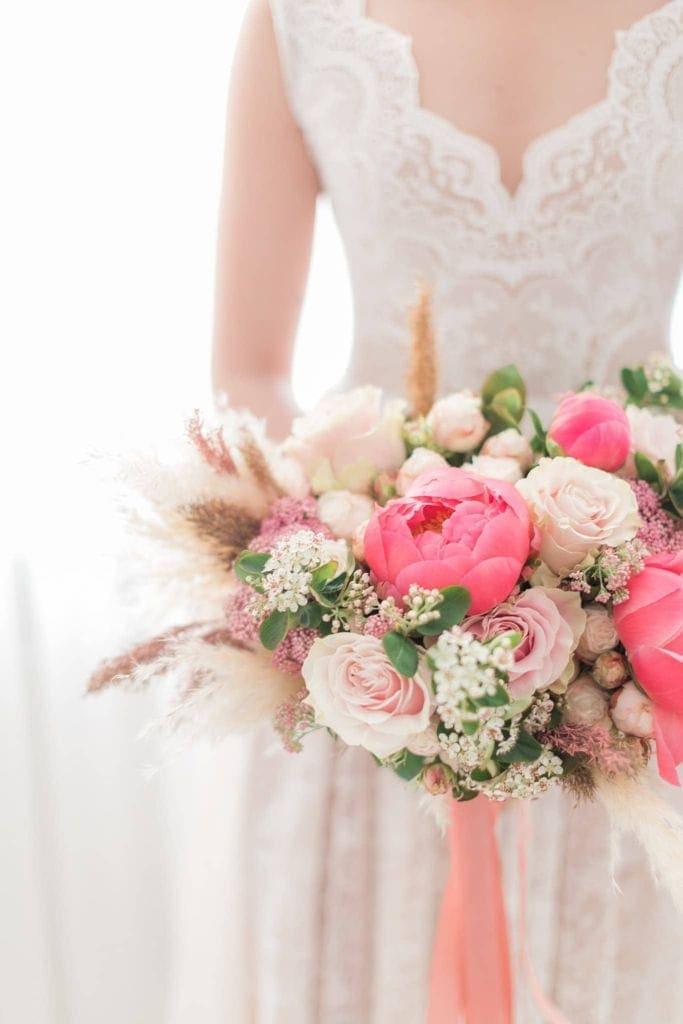 suknia ślubna, kwiaty