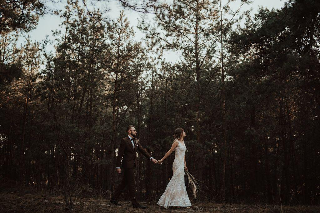para młoda rustykalna w lesie