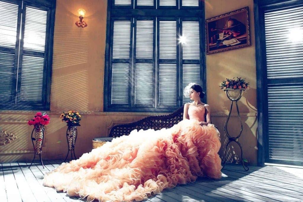 suknia ślubna różowa falbany
