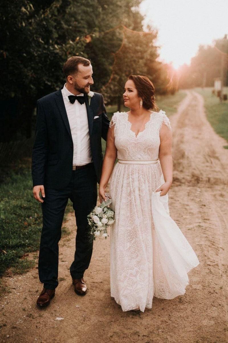 Suknia ślubna w stylu boho Porto 47 Plus Size z dołem sukni z pełnego koła zamiast z połowy koła.