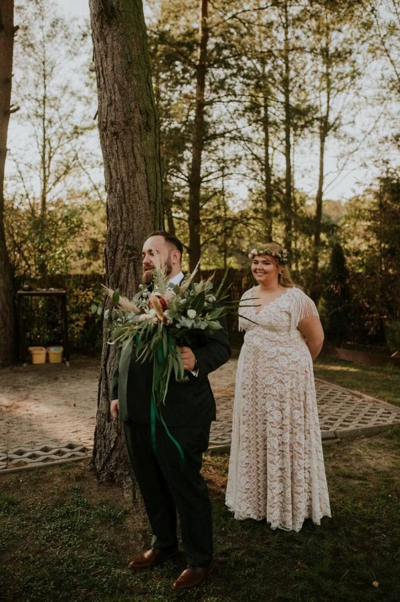Suknia ślubna w stylu boho Porto 44 z dekoltem V zamiast zabudowanego jak w sukni Porto 53.