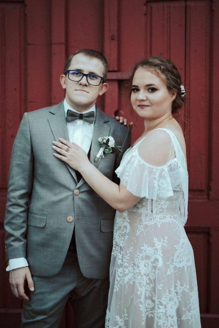 Suknia ślubna w stylu boho Porto 48 Plus Size z dodatkowym rozporkiem na nogę, frędzlami na plecach, rękawkami wiszące.