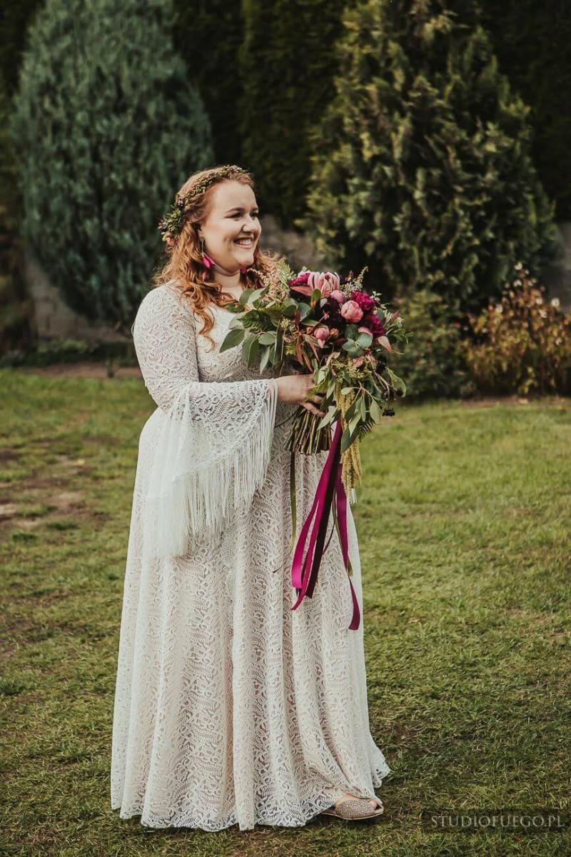 Suknia ślubna w stylu boho Porto 36 Plus Size, ale z rękawami jak w Porto 44 i dodatkowymi frędzlami na plecach.
