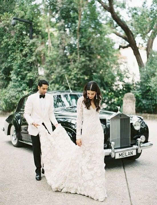 samochód ślubny i para młoda