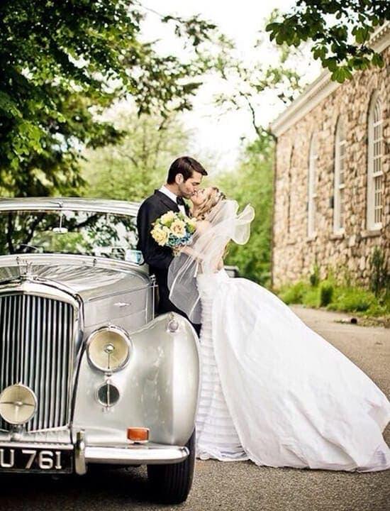 samochód do ślubu i para młoda