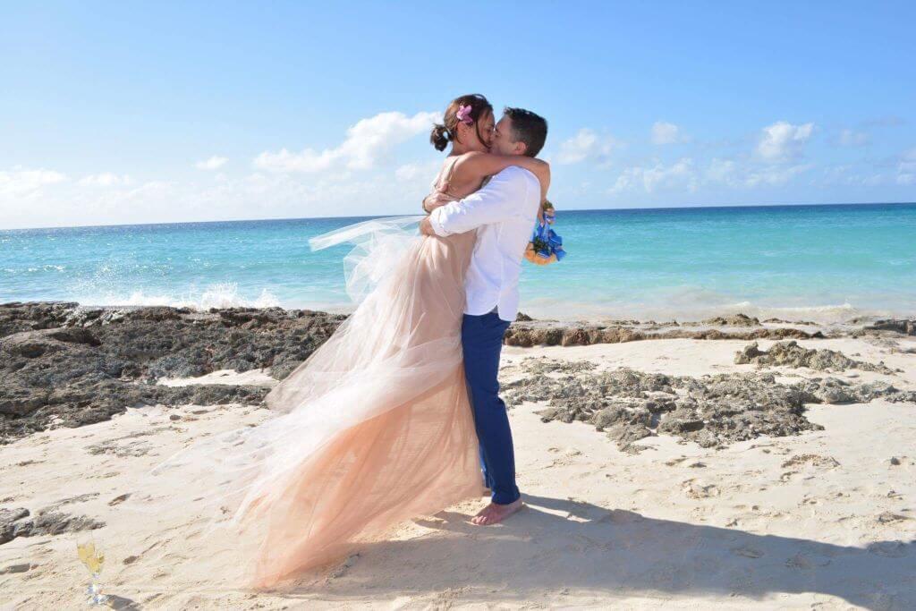 panna młoda w sukni ślubnej na plaży