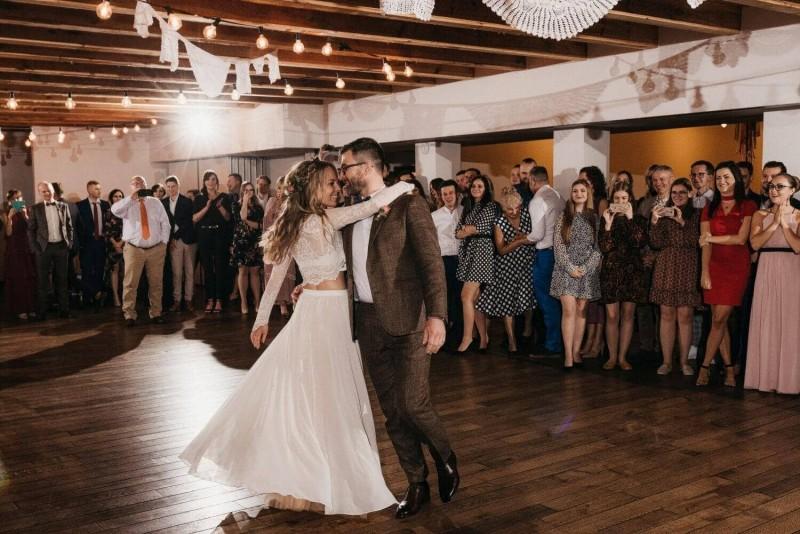 Suknia ślubna w stylu boho dwuczęściowa Porto 24 z szyfonem na dole, jak w Porto 23.