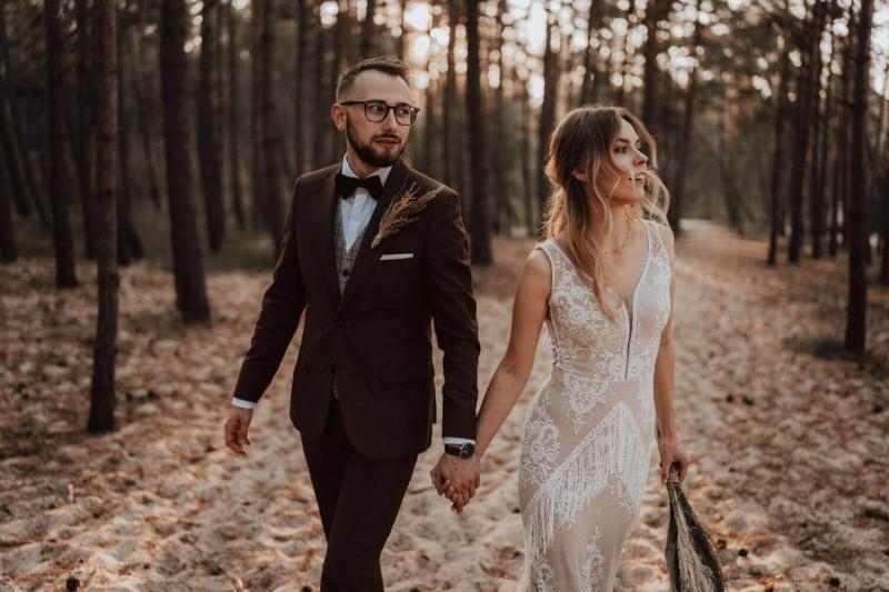 Suknia ślubna w stylu boho Porto 42 z dodatkowymi frędzlami na plecach i nogach