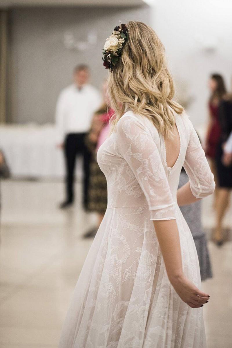 Suknia ślubna w stylu boho Porto 37 ze stójką.