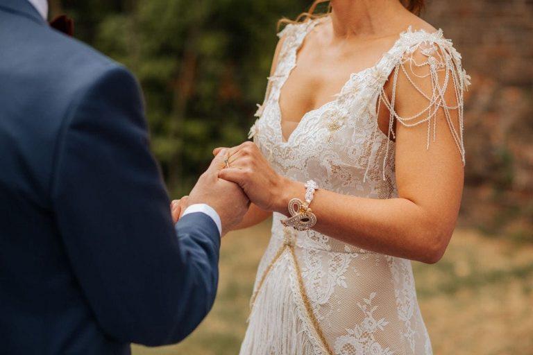 Suknia ślubna w stylu boho Porto 31 w której głęboko wycięliśmy plecy, dół został uszyty jak w Porto 42 i dodatkowo z frędzlami i aplikacjami 3d przy dekolcie.
