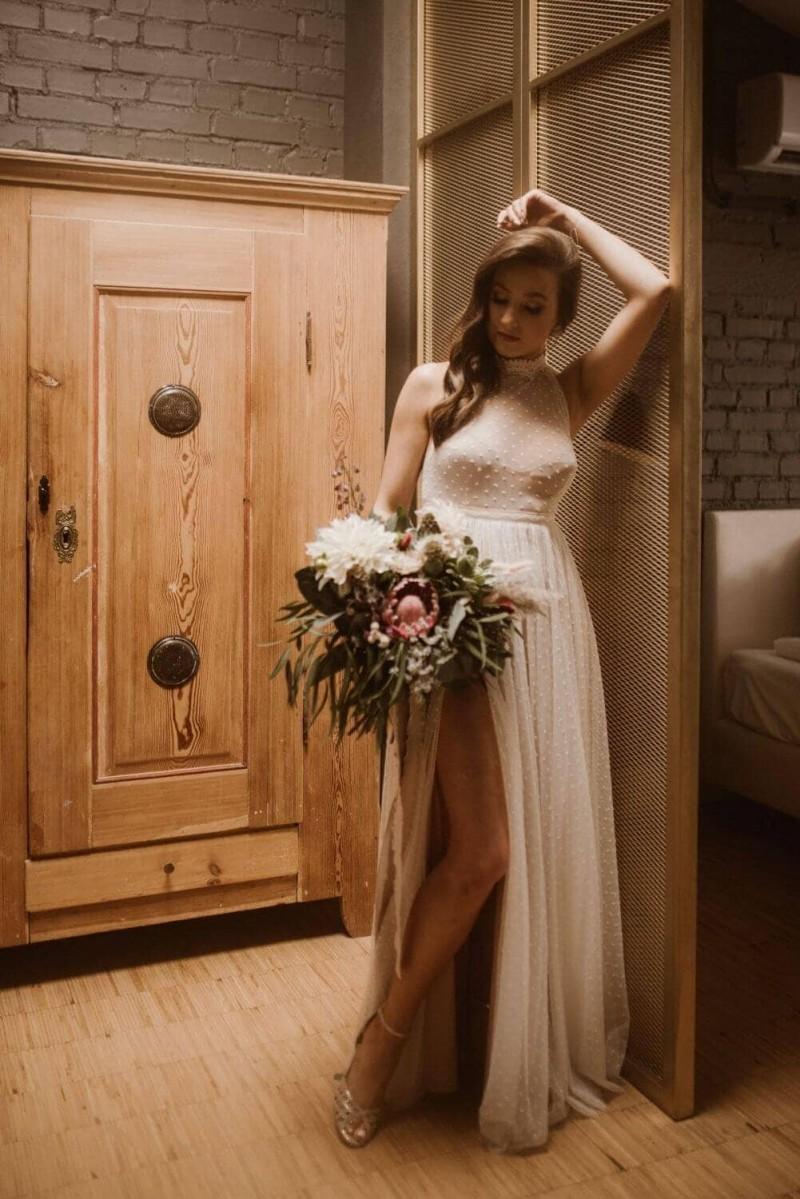 Suknia ślubna w stylu boho z materiału z sukni Barcelona 16, ale o innym kroju niż oryginał.