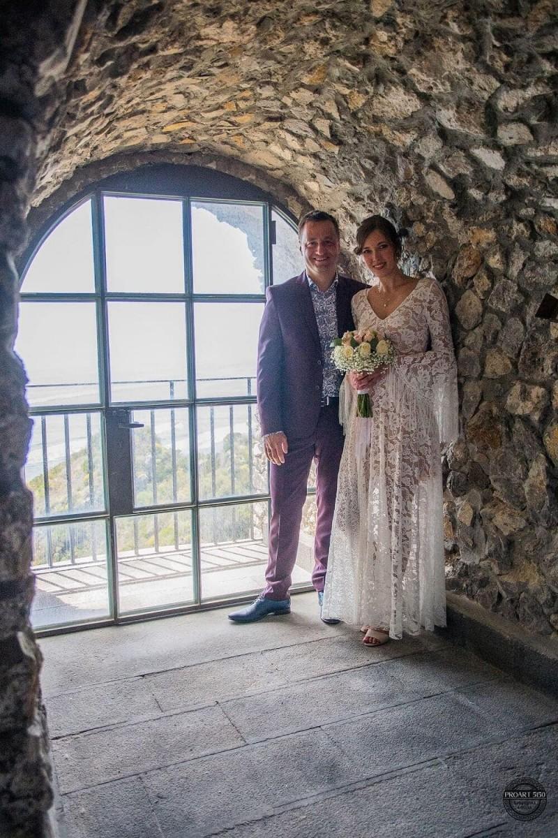 Suknia ślubna w stylu boho Porto 44, w której dekolt zamiast oryginalnej krawędzi koronki został wykończony tasiemką.