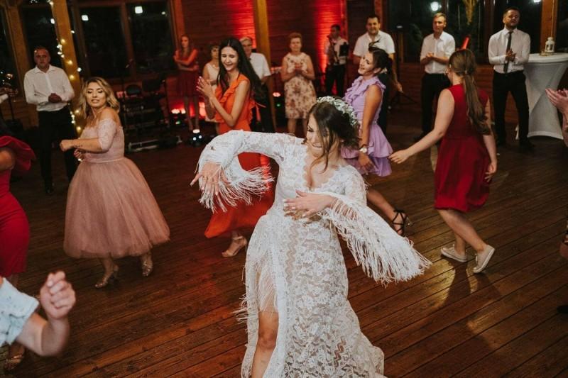 Suknia ślubna w stylu boho Porto 44 z frędzlami na plecach.