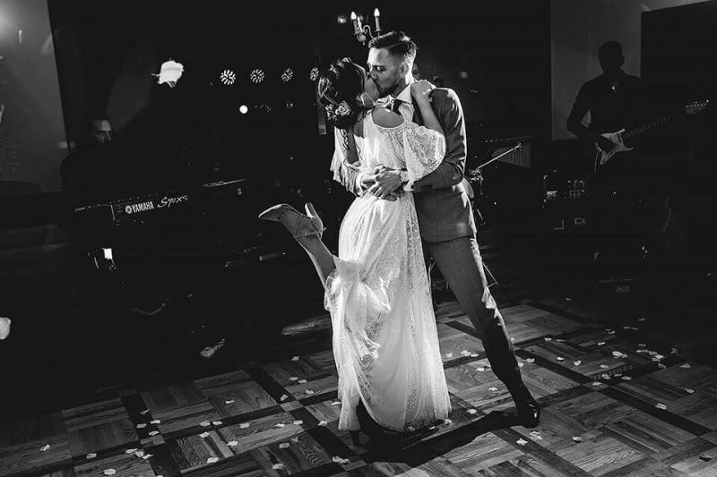 Suknia ślubna w stylu boho Porto 59 z frędzlami na plecach.