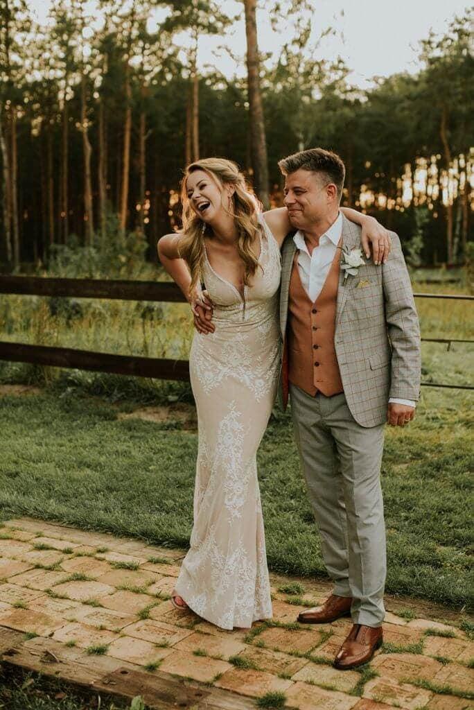 Suknia ślubna w stylu boho Porto 42 z frędzlami na plecach.