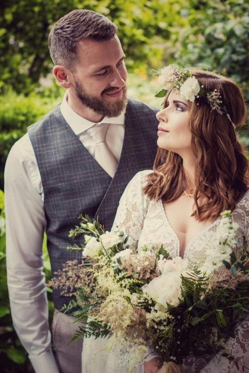 Suknia ślubna w stylu boho Porto 44, ale z dodatkowymi frędzlami jak na plecach i dekoltem jak w sukni Porto 48.