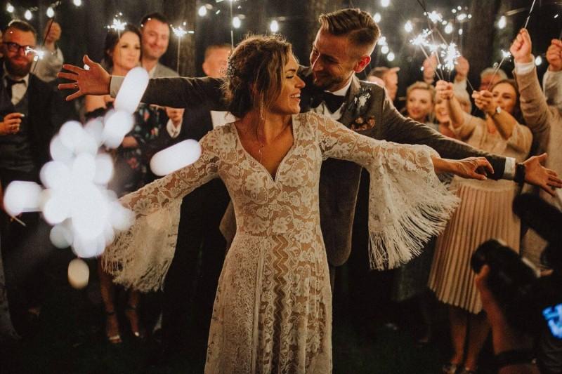 Suknia ślubna w stylu boho Porto 44 z dekoltem w serduszko wykończone tasiemką zamiast oryginalnej krawędzi koronki z ząbkami.