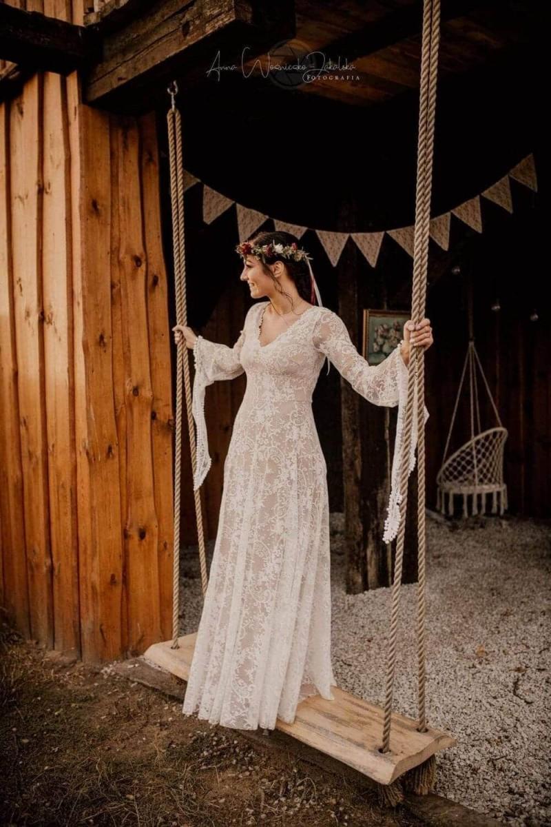 Suknia ślubna w stylu boho Porto 17, w której dół sukni zamiast z prostego kawałka koronki z marszczeniem został uszyty z półkola bez marszczenia i bez tiulu na wierzchu.