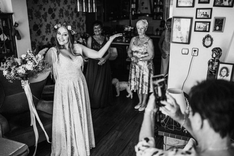 Suknia ślubna w stylu boho Santorini 16 z frędzlami zamiast rękawów.
