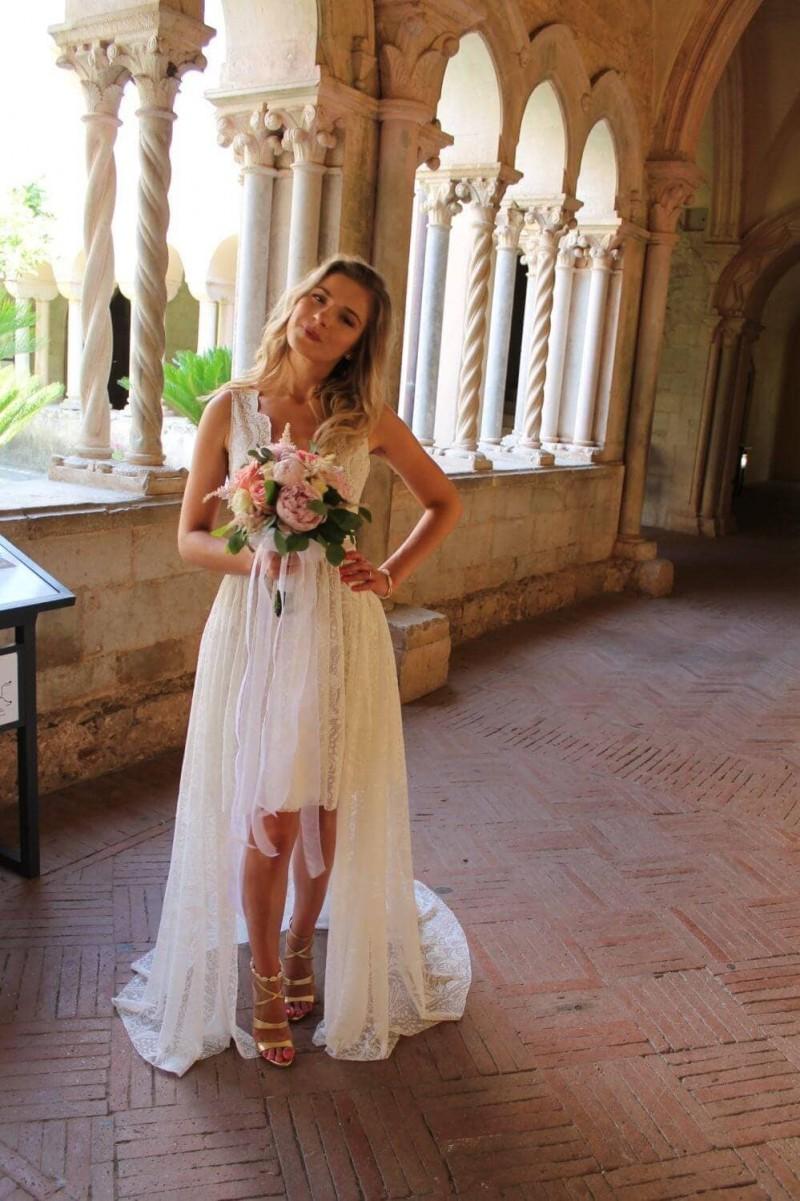 Suknia ślubna w stylu boho Porto 32 w której spódnica została skrócona. Na wierzchu dodana długa spódnica z trenem. Dodatkowo głęboko wycięte plecy.