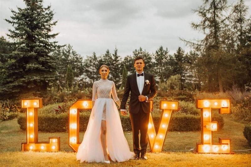 Suknia ślubna w stylu boho inspirowana modelem Santorini 7. Edyta marzyła o stójce, obcisłej, krótkiej spódnicy z koronki i osobno dopinanej, obszernej warstwie z białego tiulu.