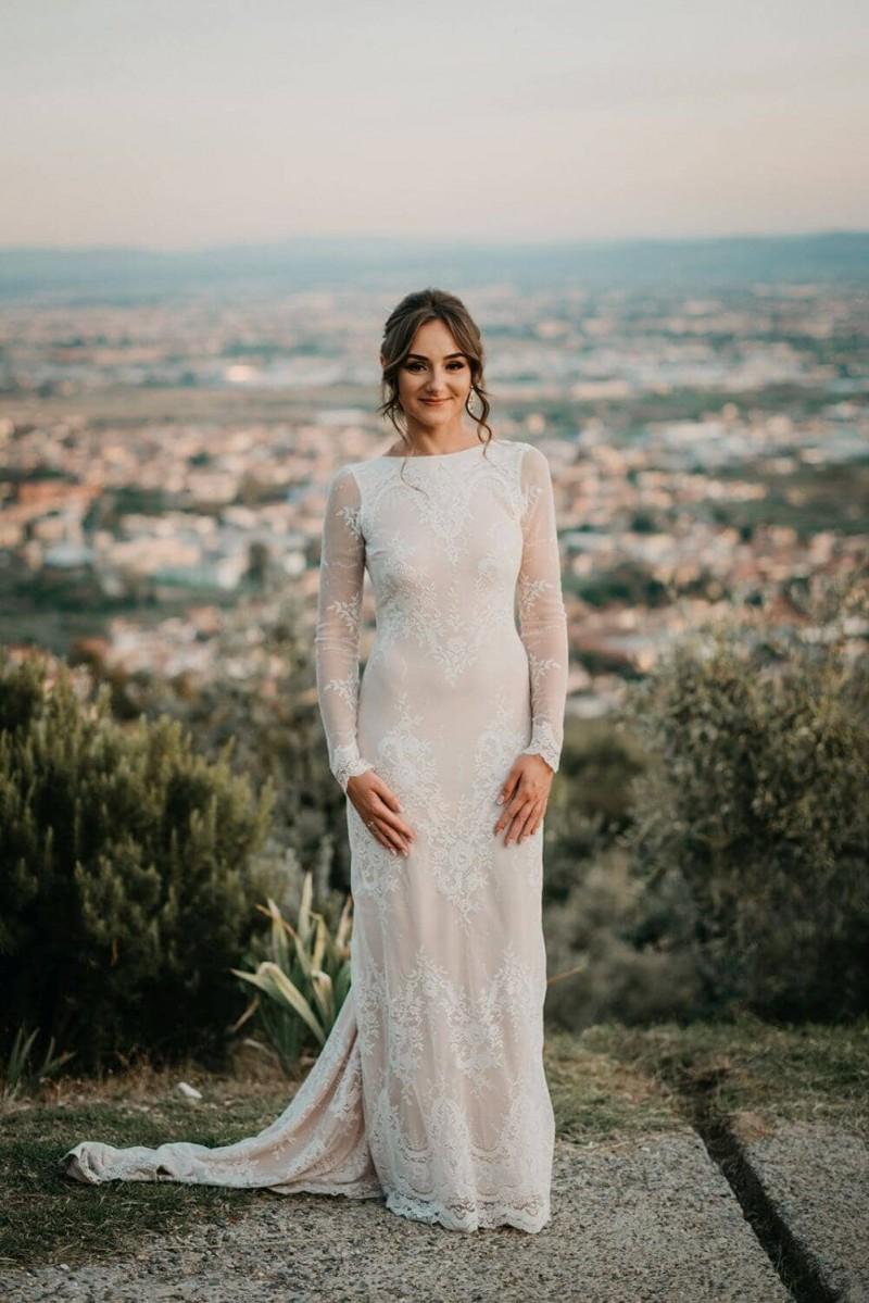 Suknia ślubna w stylu boho Porto 30 z dodatkowym trenem i na piaskowej podszewce zamiast cielistej.