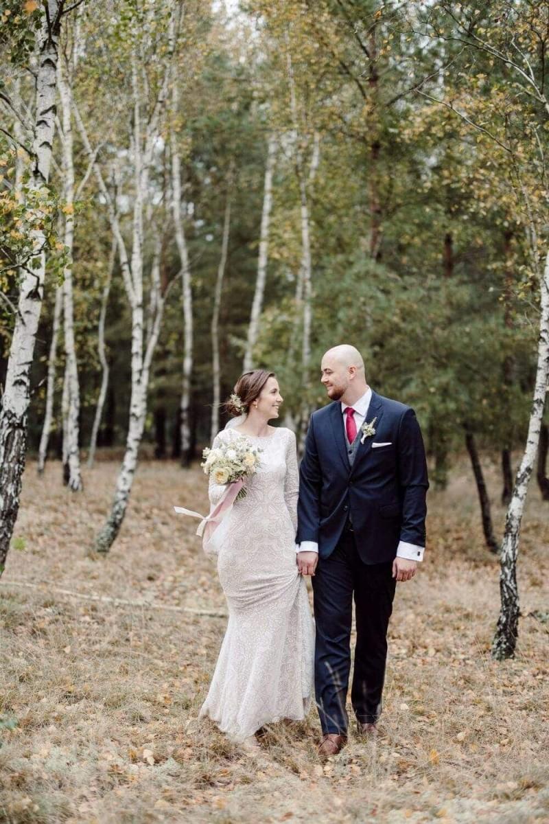 Suknia ślubna w stylu boho Porto 6, w której wzory na koronce zostały ułożone w odwróconą jodełkę z dodatkowymi frędzlami na plecach.