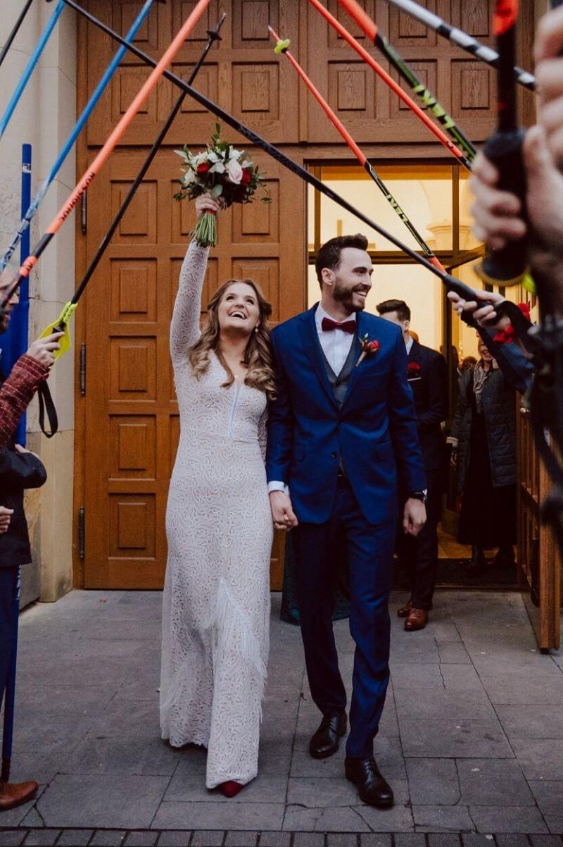 Suknia ślubna w stylu boho Porto 46 z dekoltem z sukni Porto 48.