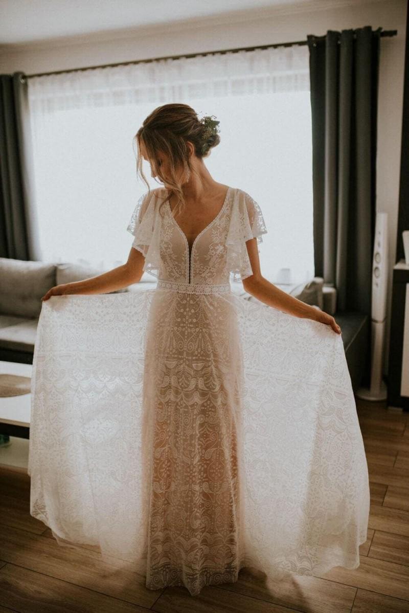 Suknia ślubna w stylu boho Porto 35, w której rękawy nie zostały wykończone tasiemkami a podszewka cielista zamiast piaskowej.