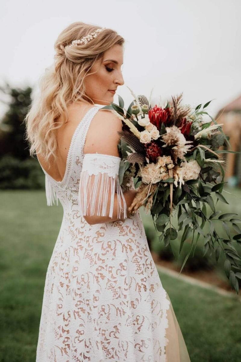 Suknia ślubna w stylu boho Santorini 1 z dodatkowymi rękawkami nakładanymi na ręce.