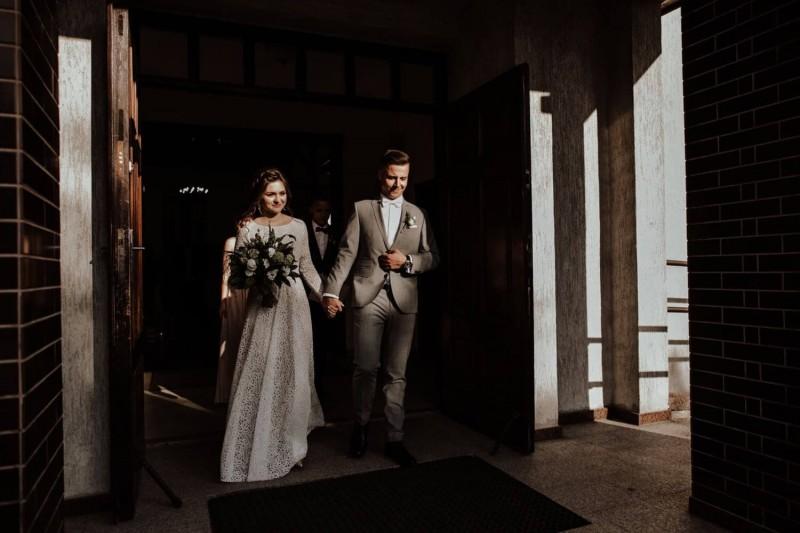 Suknia ślubna w stylu boho Porto 29, bez rozporka na nogę i cała zabudowana koronką aż pod szyję.