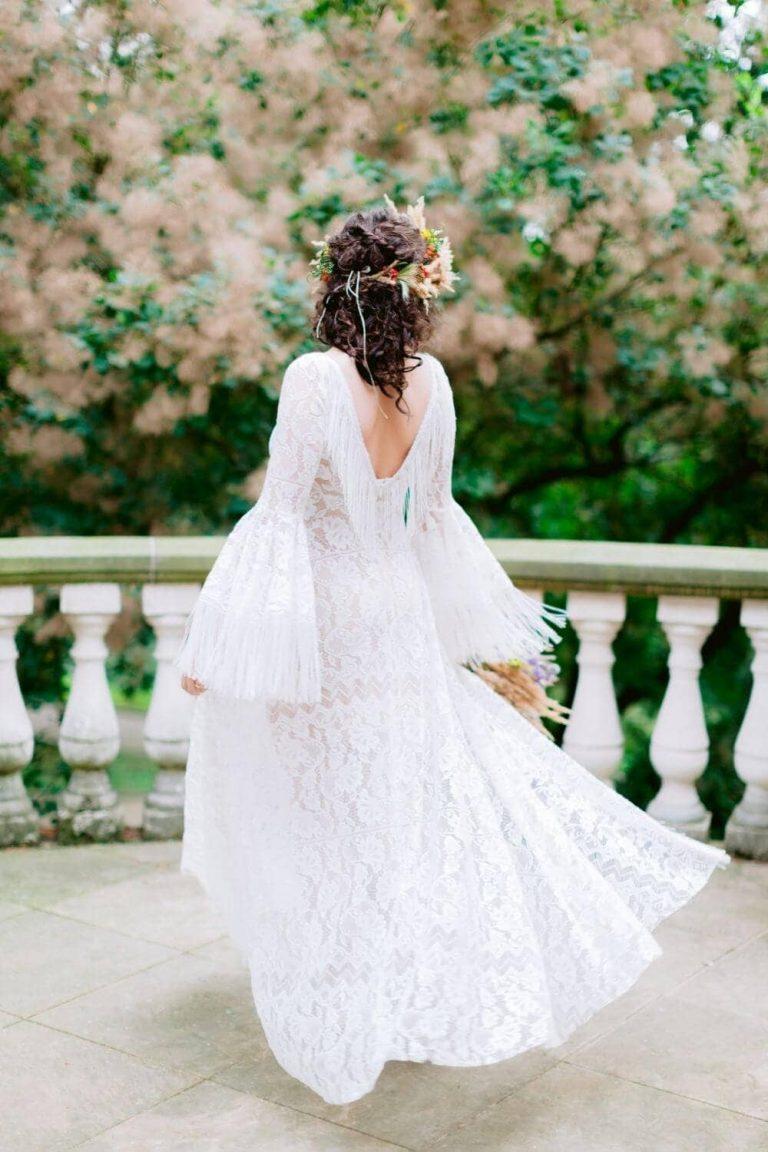 Suknia ślubna w stylu boho z połączenia Porto 44 (dekolt) i Porto 48 z frędzlami na plecach.