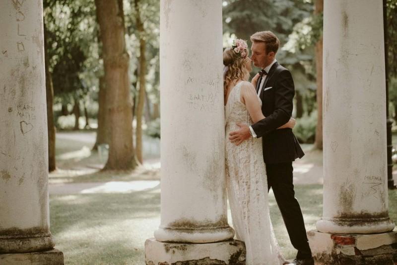 Suknia ślubna w stylu boho z dekoltem Porto 48, ale z koronką z Porto 44 i dodatkowymi frędzlami na ramionach i plecach.