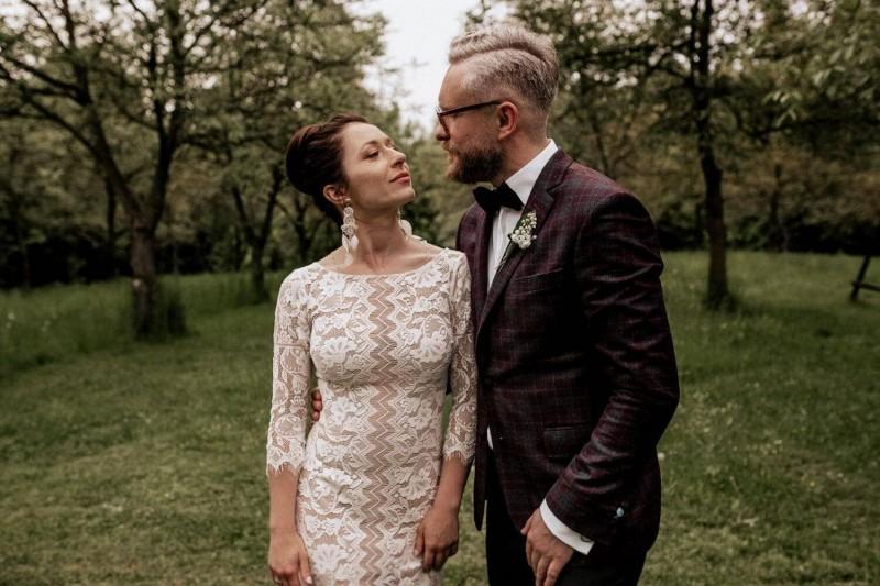 Suknia ślubna w stylu boho Porto 39 / Porto 53 z rękawem 3/4 zamiast długiego, dodatkowymi frędzlami na plecach, obcisłym dołem zamiast luźnego.