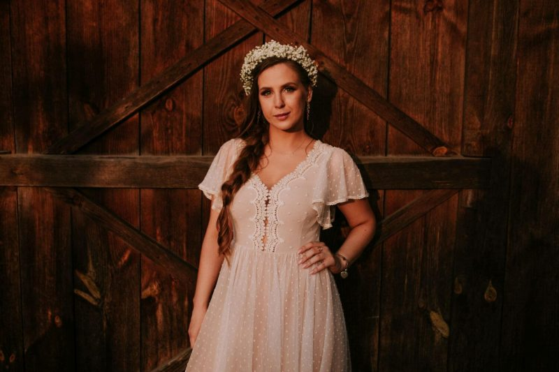 Suknia ślubna w stylu boho Barcelona 16 ze spódnicą z połowy koła zamiast piętrowej.