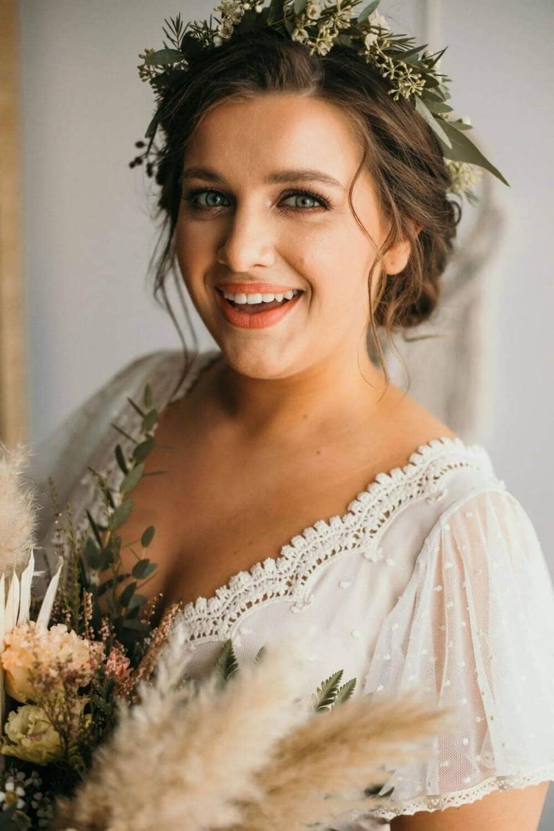 Suknia ślubna w stylu boho Barcelona 16, ale ze spódnicą uszyta z połowy koła zamiast pięter.
