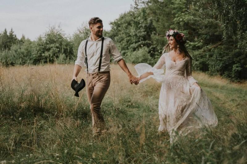 Suknia ślubna w stylu boho uszytej jako połączenie Porto 52 (góra), Porto 48 (dół), z rękawami z Porto 44 oraz dodatkowymi frędzlami na plecach.