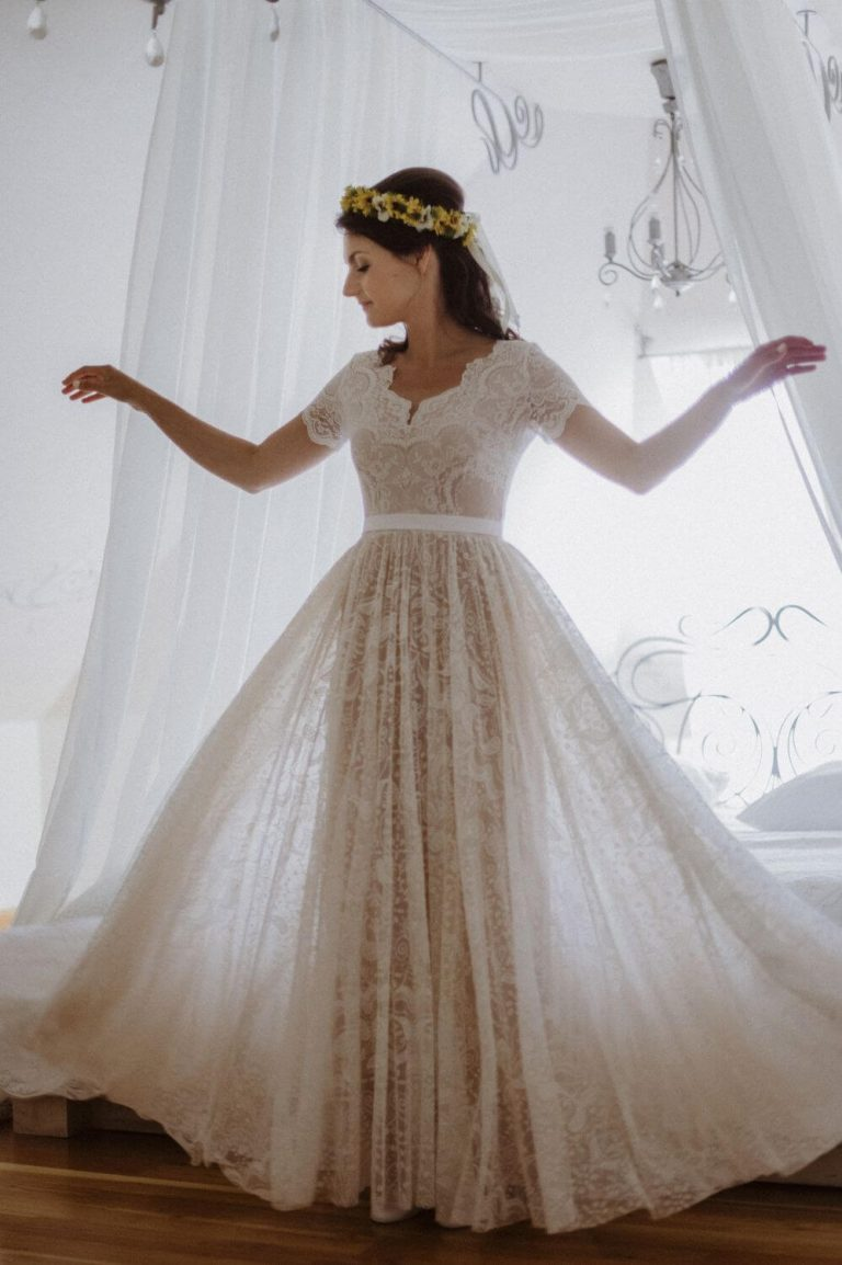 Suknia ślubna w stylu boho Porto 52 z dodatkowym krótkim rękawkiem i paskiem.