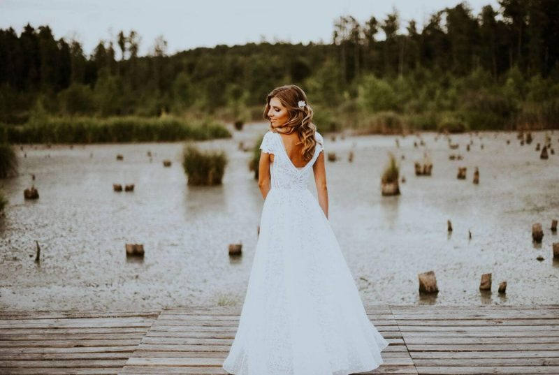 Suknia ślubna w stylu boho Santorini 1 z dodatkowym krótkim rękawem oraz zakładaną na wierzch spódnicą z organtyny w groszki.