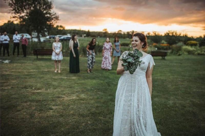 Suknia ślubna w stylu boho Porto 58, ale bez rękawów zamienionych na frędzle.