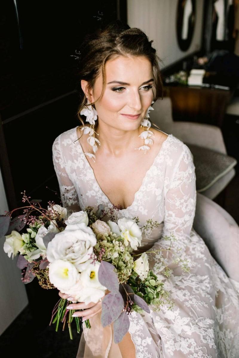 Suknia ślubna w stylu boho zmieniona Barcelona 19 - góra sukni z długimi rękawami i dekoltem v uszyta cała z tej samej koronki.