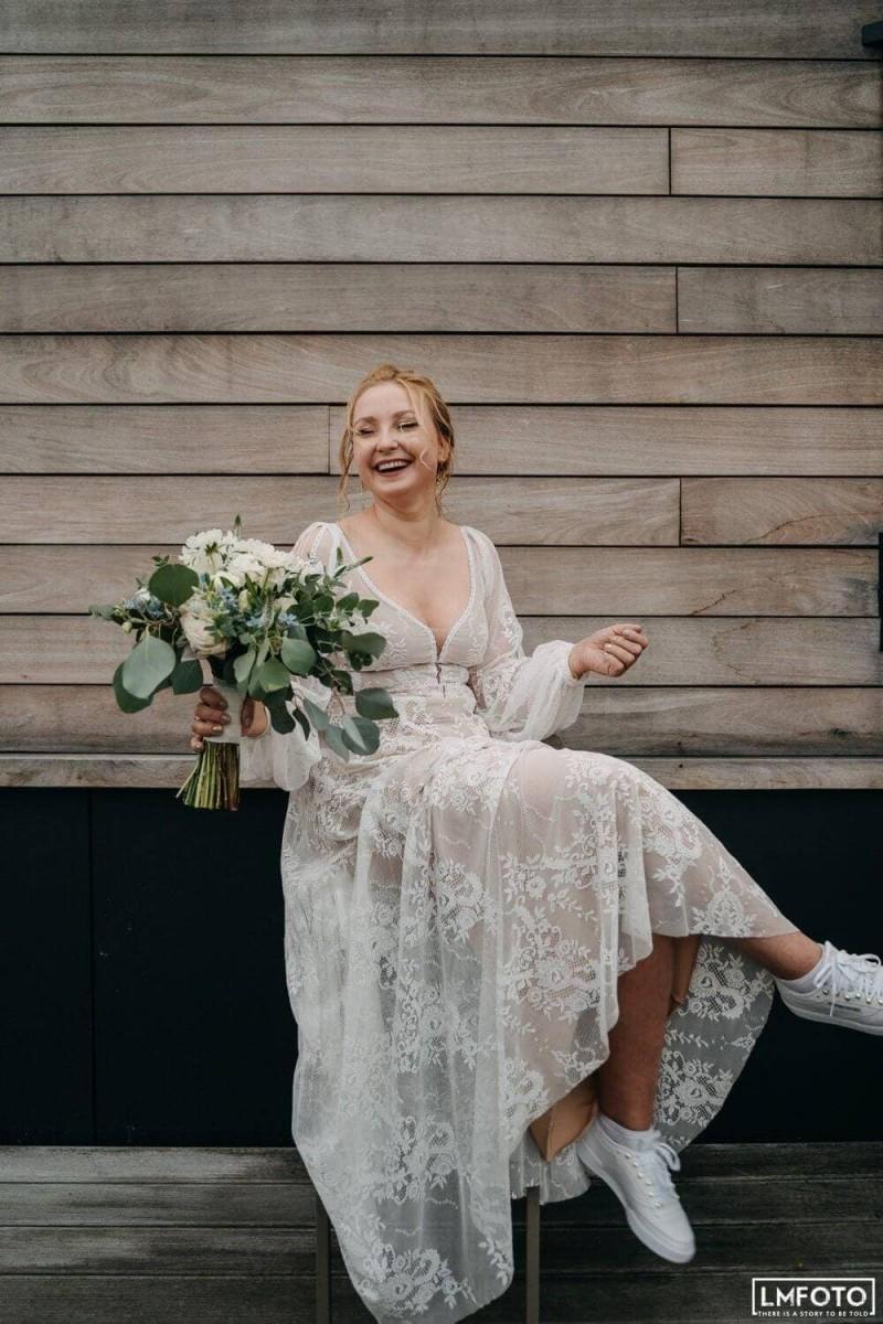 Suknia ślubna w stylu boho Porto 48 z dodatkowymi długimi rękawami z pęknięciami.