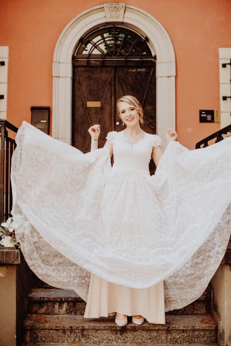 Suknia ślubna w stylu boho Porto 45 z dodatkowym sterczącym rękawem.