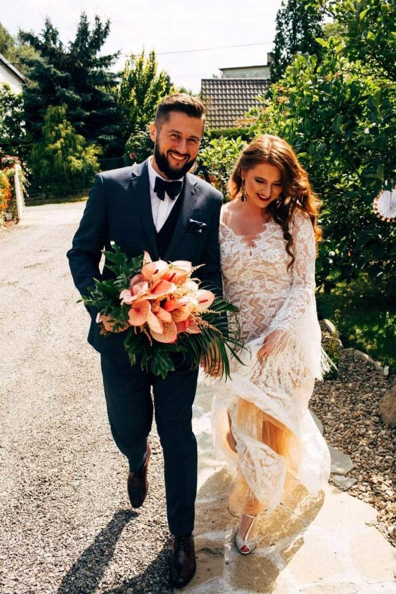 Suknia ślubna w stylu boho Porto 44 z dodatkowym cielistym tiulem pod koronką.