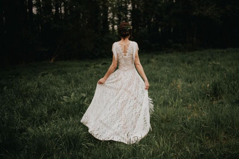 Suknia ślubna w stylu boho Porto 44 z frędzlami zamiast rękawów.